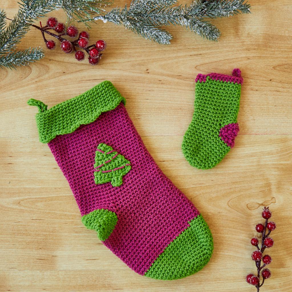 free mini stocking crochet pattern for tree decoration1